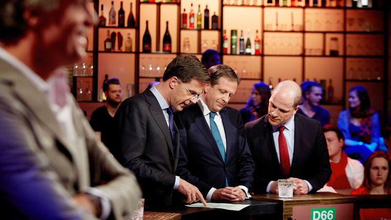 Politiek leiders Mark Rutte (VVD), Alexander Pechtold (D66) en Diederik Samsom (PvdA) (vlnr) voor aanvang van het debat bij Pauw, de talkshow van presentator Jeroen Pauw. Beeld ANP