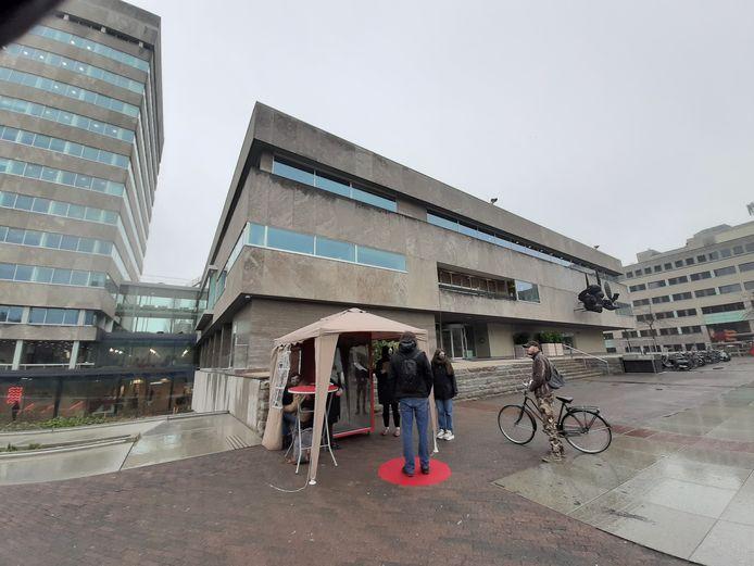 De studenten Industrial Design van de TU/e  Remke Timmermans, Iris Bekkers, Lotte Sluijs en Tjeu van Bussel zetten maandag hun spiegelkast waar ze meningen ophalen over bouwplannen op het Stadhuisplein in Eindhoven. Hemmo van der Brink was een van de proefkonijnen.