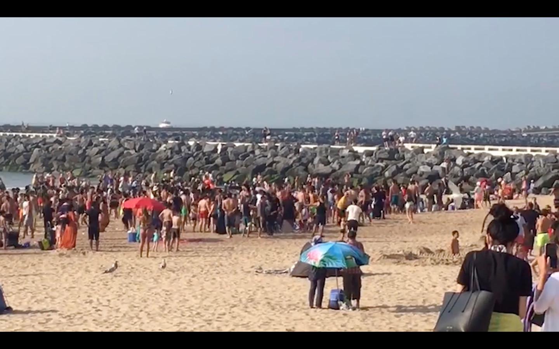 Twee families gaan in de clinch op het strand. Het lokt de hele massa richting naar het incident. De redders kunnen de situatie niet meer de baas.