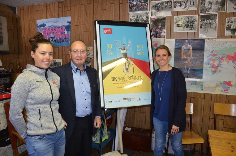 Regerend Belgische kampioene Annelies Dom, Walter Godefroot en schepen Sofie  Bracke (Open VLD) bij het campagnebeeld van het BK wielrennen.