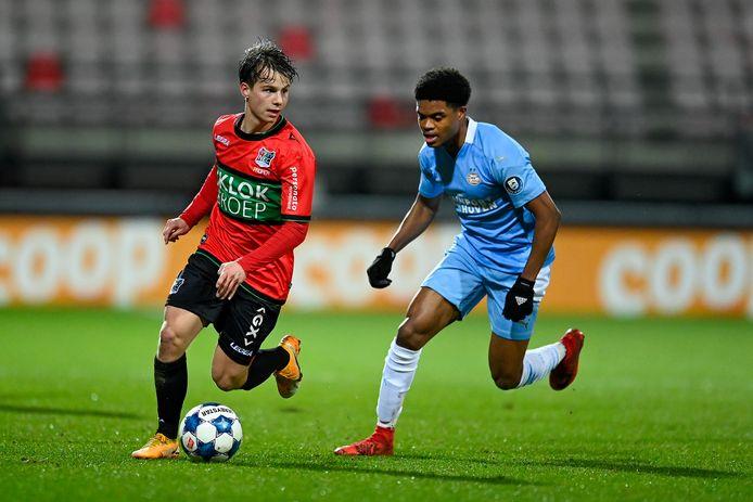 Dirk Proper voor NEC aan de bal tegen Jong PSV.