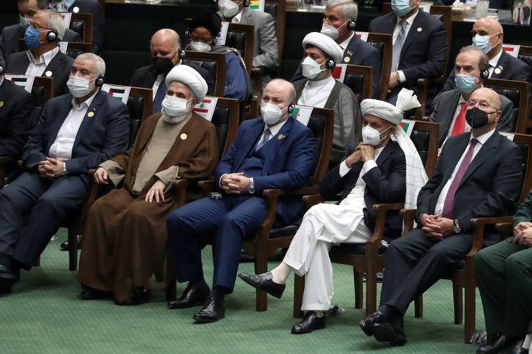 Het beeld van de Europese topdiplomaat Enrique Mora (tweede rij, rechts) in het gezelschap van Hamas-leider Ismail Haniyeh (eerste rij, links) en de adjunct-secretaris-generaal van Hezbollah, Sheikh Naim Qassem (eerste rij, tweede van links) bij de inauguratie van de nieuwe Iraanse president zorgde voor veel kritiek. Beeld EPA
