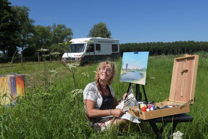 Catherine Gathier: ,,In de binnenstad van Utrecht loop je een grotere kans op een coronabesmetting dan in je camper ergens langs de weg terwijl je een Hollands landschap schildert.''