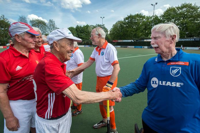 Bij Push wordt de eerste officiële hockey interland gepeeld tussen Nederland en Engeland voor spelers van boven de 80 jaar. voorafgaand aan de wedstrijd schudden de spelers elkaar de hand.
