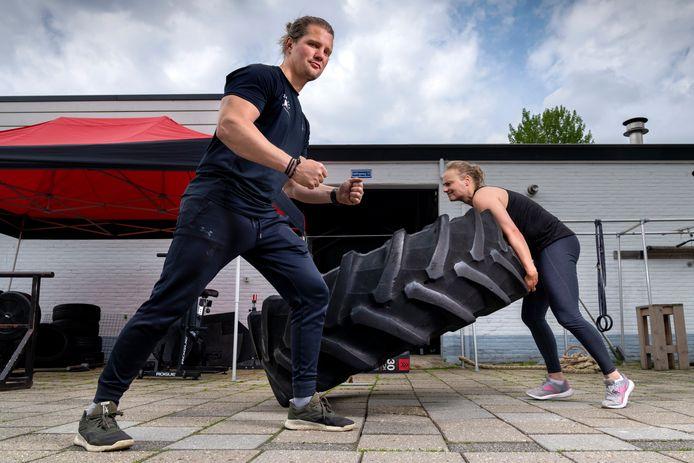 Eelco Zeno Stijlaart, eigenaar van Sportschool Powerhouse in Zaltbommel aan het werk met Kim Terpstra