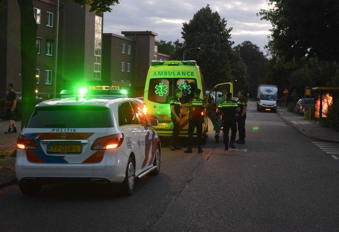 De man viel van een balkon op de tweede verdieping van een flat aan de Leerinkstraat in Doetinchem.
