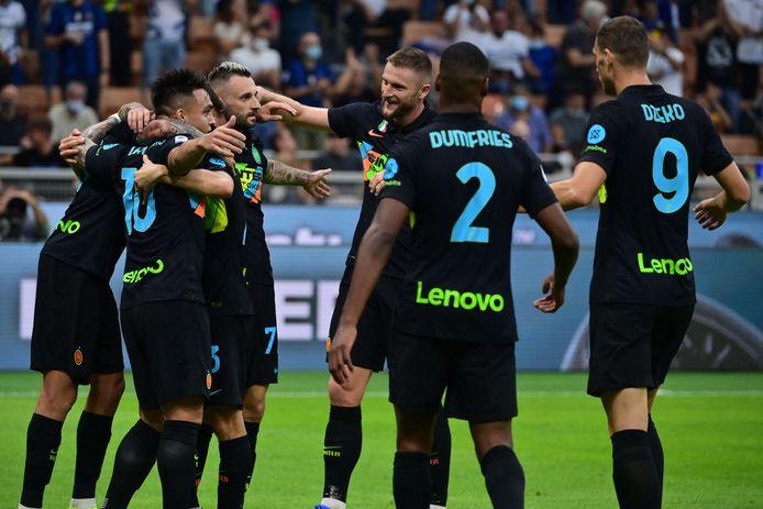 Inter viert de goal van Lautaro Martínez na een assist van Denzel Dumfries (voorgrond).