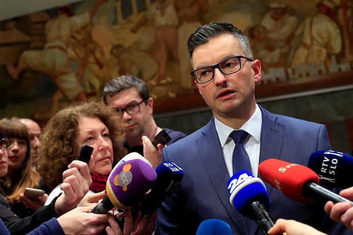 Premier Marjan Sarec praat met de pers na de aankondiging van zijn ontslag.