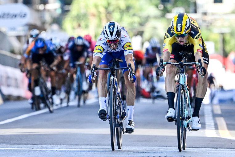 De Belgische topzege van 2020: Wout van Aert (rechts) verslaat Julian Alaphilippe in Milaan-Sanremo. Beeld BELGA