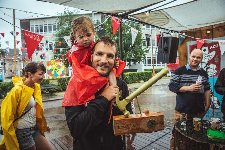 De fiere winnaar met zijn dochtertje.
