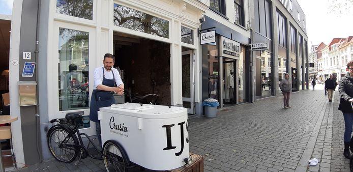 Coen Crusio bij zijn ijssalon in de Wouwsestraat.