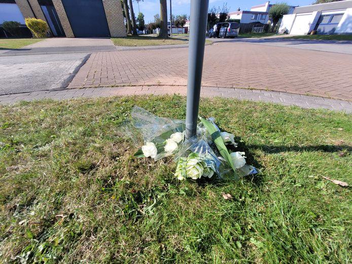 Bloemen voor het slachtoffer op de plaats van de steekpartij.