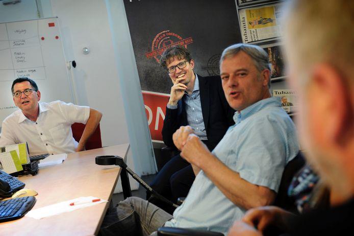 De eerste redactievergadering van Newsroom Enschede. Van linksaf: redactiechef Henk ten Harkel van De Twentsche Courant Tubantia, staatssecretaris Sander Dekker en Martin Brinkhuis van TV Enschede FM.