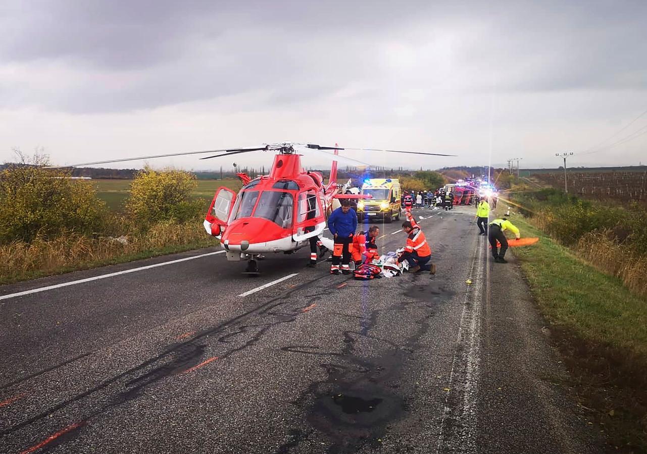 Een traumahelikopter op de plaats waar het ongeluk gebeurde.