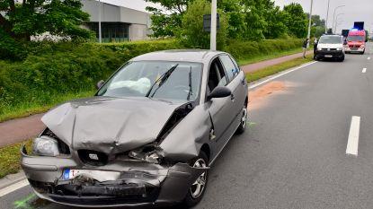 Automobiliste zit te gsm'en achter het stuur en botst op rij auto's voor rood licht