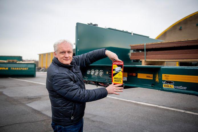 """Erik Maassen van den Brink van Bolk met een verplichte Franse sticker als waarschuwing voor de dode hoek. """"Het is totaal onwerkbaar. Hoe krijg je die zichtbaar bij groot transport?"""""""