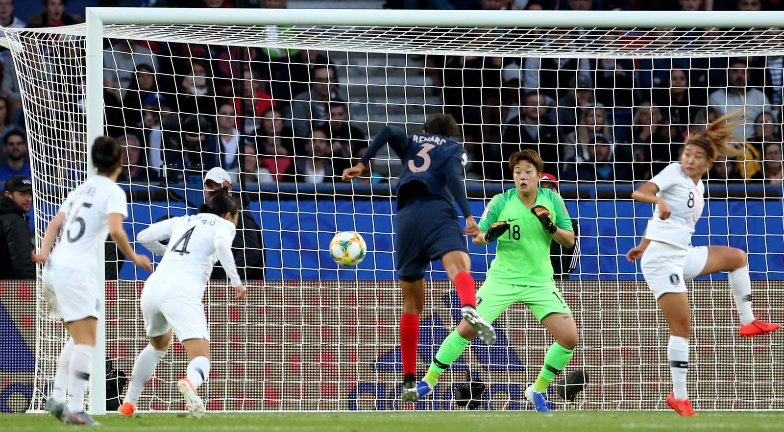 Wendie Renard (nummer 3) kopt de 2-0 binnen.