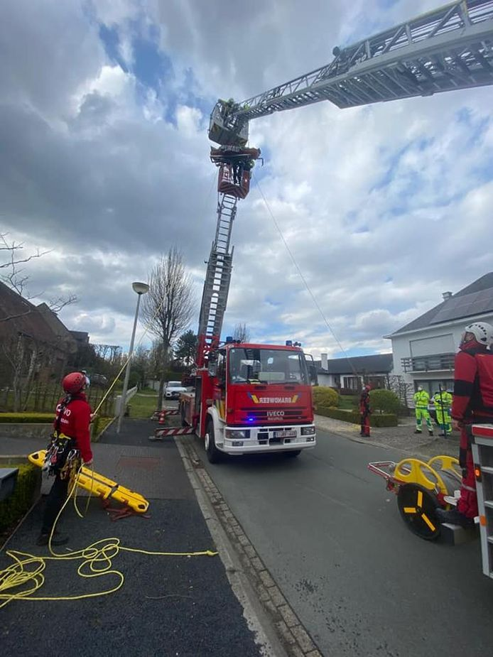 Door middel van touwen en een tweede ladderwagen kon de brandweer het slachtoffer snel op de begane grond krijgen.