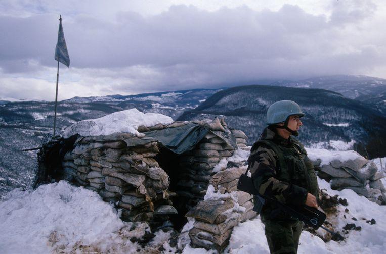 Een Franse NAVO-soldaat houdt de wacht nabij Sarajevo tijdens de Balkan-oorlogen. Beeld Sygma via Getty Images