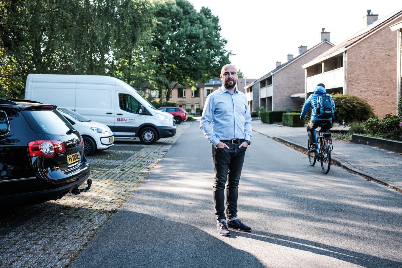 Roy Heijveld wil een openbare laadpaal vlak bij zijn huis, maar dat is makkelijker gezegd dan gedaan in de gemeente Duiven.
