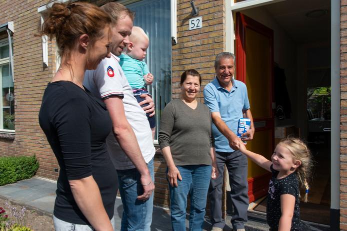 Geert Jan en Carmen Altink maken samen met hun dochters kennis met hun nieuwe buren, de familie Eliya.