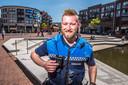 BOA Jelle van Dorth aan het werk in de Almelose binnenstad. Met een druk op de knop kan hij de bodycam laten lopen.