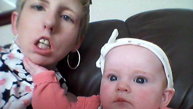 Becky en haar negen maanden oude dochtertje Lexi.