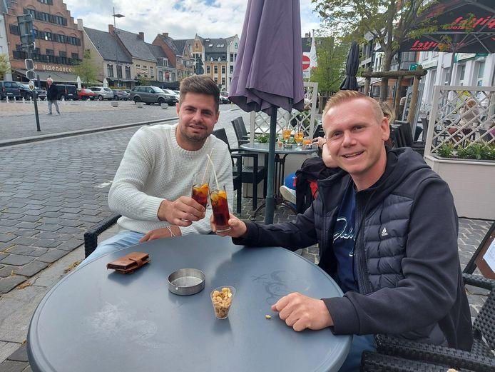Dries Delannoy en Benjamin Lemaire genieten van een picon bij Break Café.