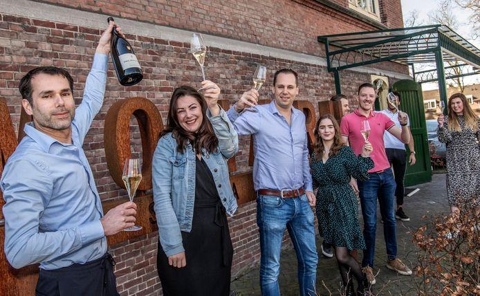 Maandagochtend en champagne: de Michelinster moet gevierd worden. Met blauwe blouse: de broers Ralph (links) en Paul Kappé van het Tilburgse sterrestaurant Monarh.