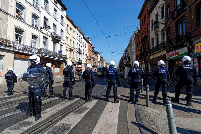 Politie met gevechtsuitrusting in Anderlecht. Beeld BELGA