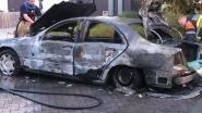 Auto brandt volledig uit: Elf Novemberlaan bezaaid met glas