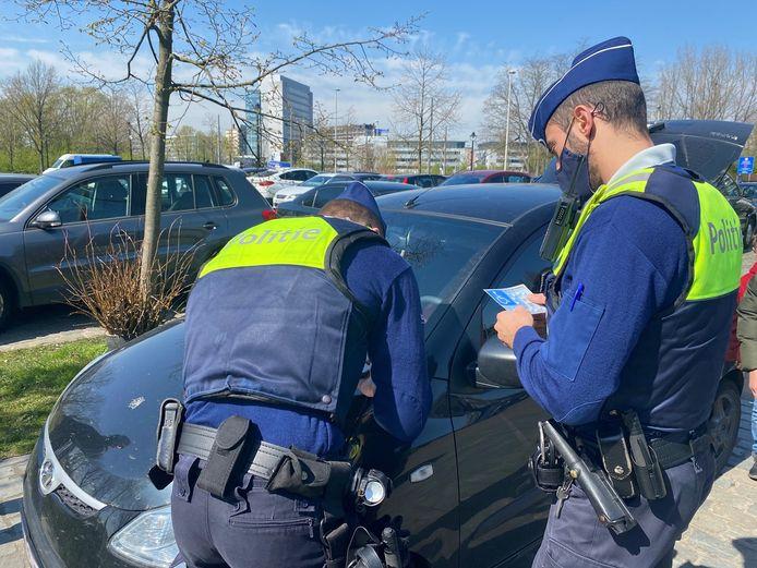 De agenten houden een controle tegen het misbruik van parkeerkaarten.