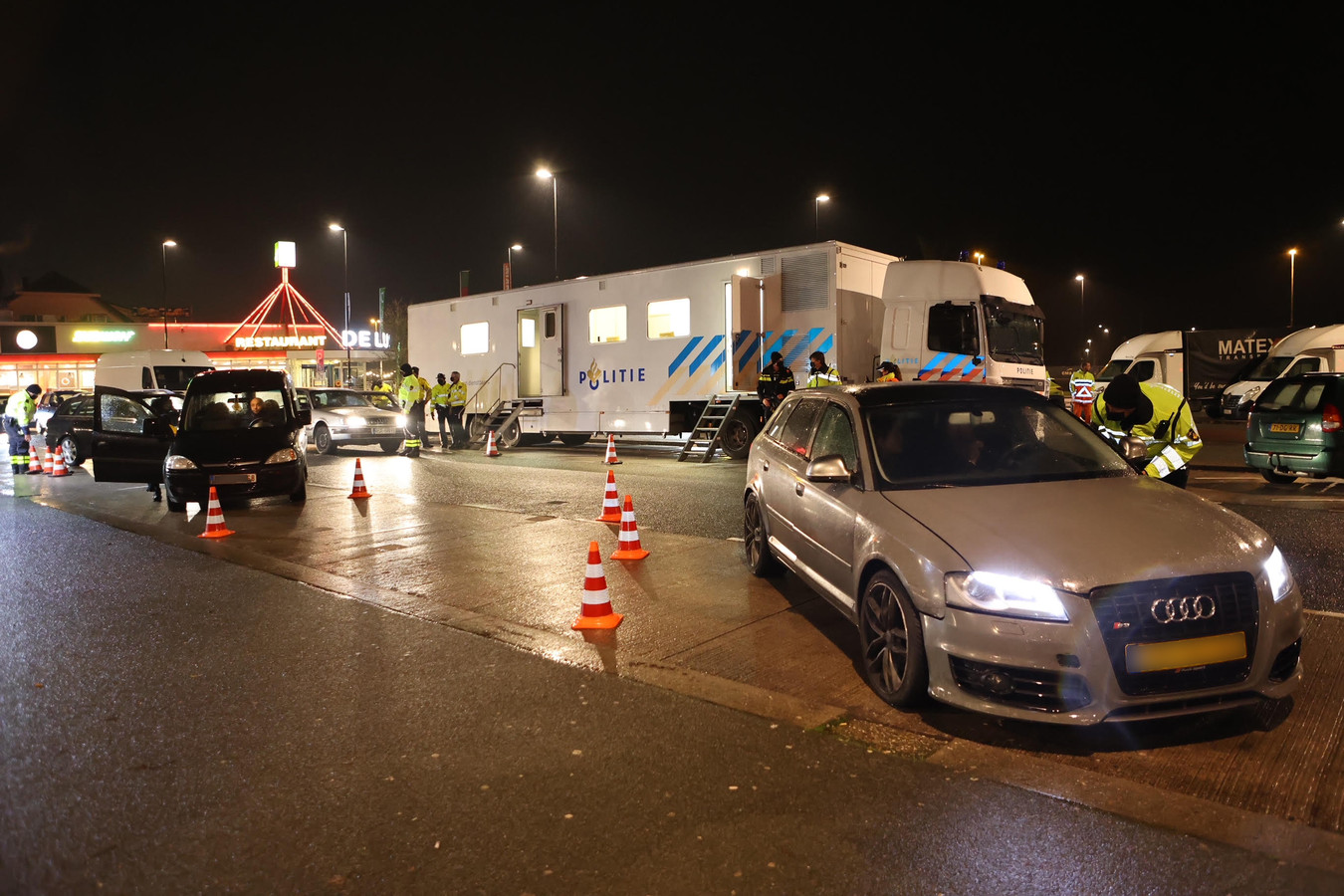 Grote politiecontrole langs A2 bij Zaltbommel na ingang van avondklok.