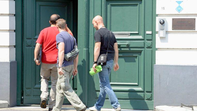 Speurders vielen op 24 juni 2010 onder meer binnen op het aartsbisdom in Mechelen. Beeld BELGA