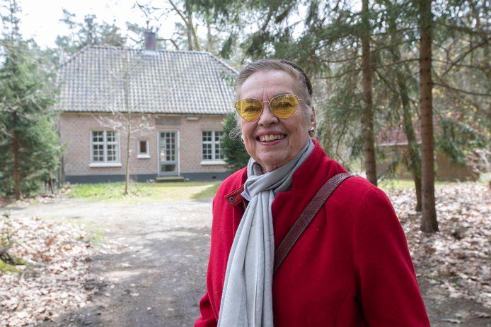 Marianne van Zadelhoff voor het voormalige huis van Maria Lucia Muller-van Geuns. Het laatste oorlogsslachtoffer van de gemeente Brummen.