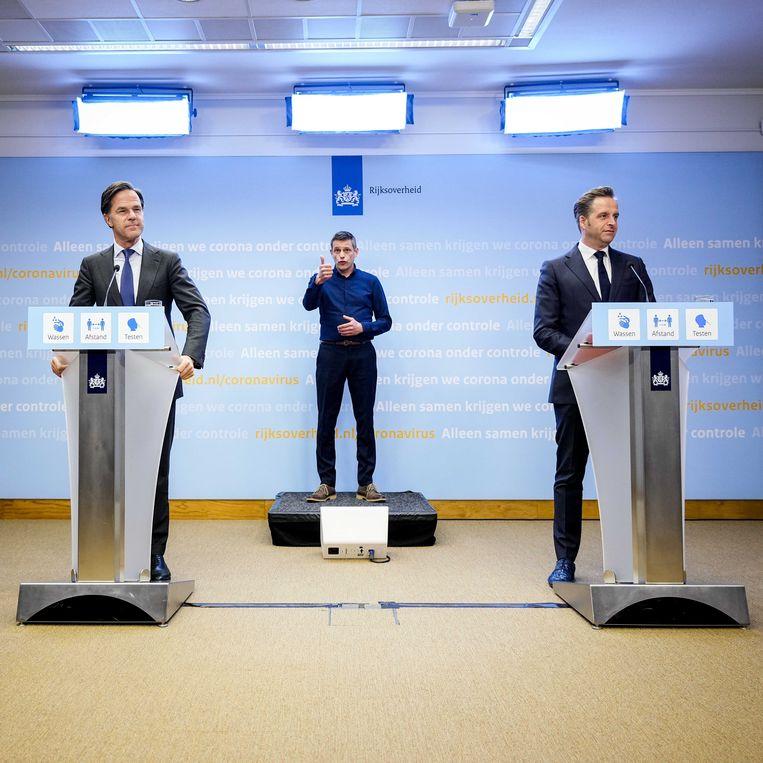 Demissionair premier Rutte en minister De Jonge (Volks-gezondheid) tijdens de persconferentie.  Beeld ANP