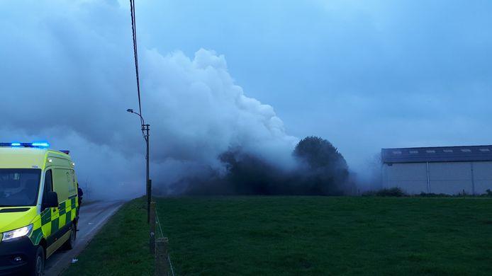 De brand langs Rot in Letterhoutem ging gepaard met een hevige rookontwikkeling.