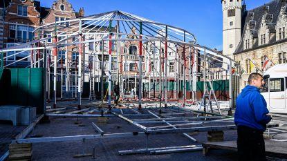 Grote spiegeltent in opbouw om Sinterklaas te ontvangen op Grote Markt