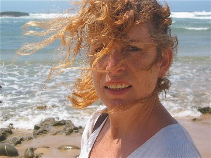 Astrid van Leest aan het strand.