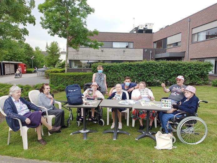 De bewoners van WZC Sint-Vincentius in Kaprijke mochten experimenteren van de voorwerpen uit de natuurrugzak