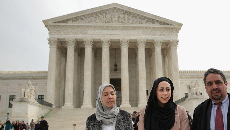 Samantha Elauf (midden) tussen haar ouders bij het Hooggerechtshof in de Amerikaanse hoofdstad Washington Beeld getty