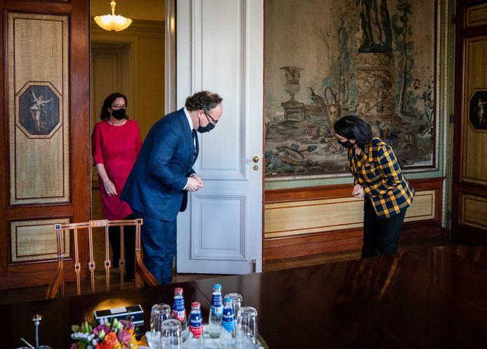 Kamervoorzitter Khadija Arib ontvangt de nieuwe verkenners, Tamara van Ark (VVD) en Wouter Koolmees (D66) in de Stadhouderskamer.