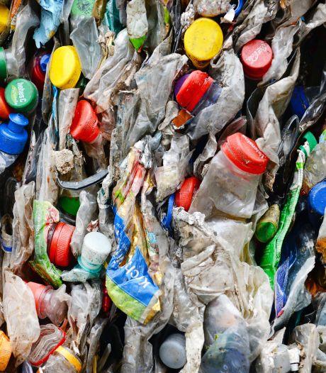 Niet minder, maar juist meer kleine plastic flessen in zwerfafval