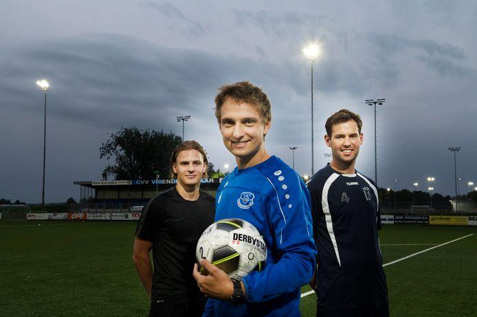 Niek Amelink (midden) staat ook volgend seizoen aan het roer bij Vriendenschaar.