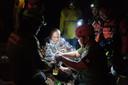 Monnik Phra Manas krijgt in de grot van reddingswerkers een deken en een drankje met elektrolyten.