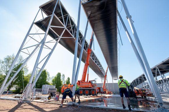 De spanten hebben een lengte van 70 meter en worden 20 meter hoog geplaatst.