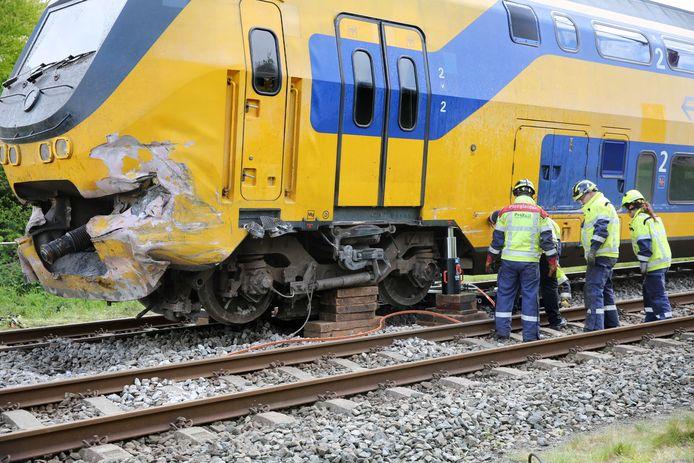 De trein is met behulp van een krik omhoog gehesen.