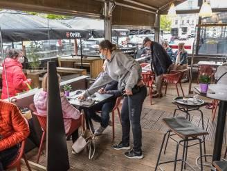 """Twee vrienden al om 6.30 uur op het terras van Les Halles: """"Een zalig gevoel, maar ook de horeca een hart onder de riem steken"""""""