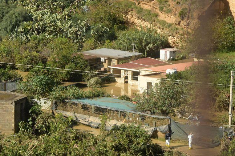 Het ondergelopen huis waarin afgelopen nacht de lichamen werden gevonden. Beeld EPA