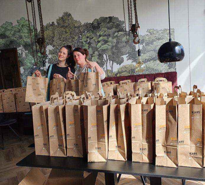 Medewerkster van De Spil vullen de goodiebags die woensdag naar de klanten gaan in Groesbeek.
